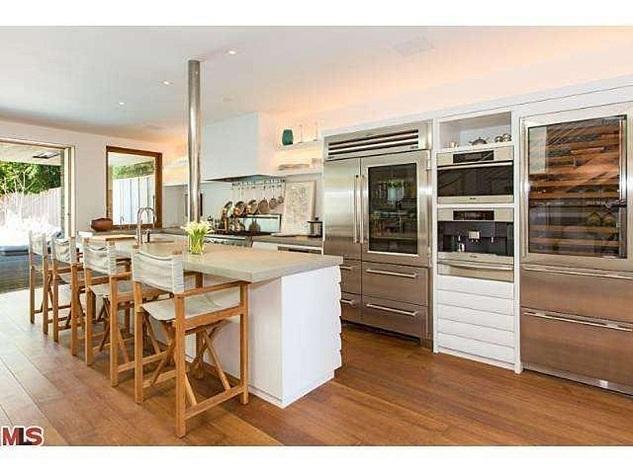 Celebrity homes_Pamela Anderson's beach house in Malibu7