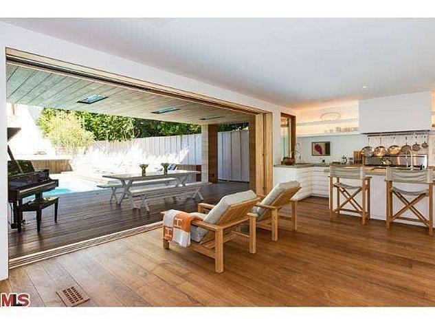Celebrity homes_Pamela Anderson's beach house in Malibu8