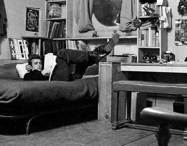 10 Incredible Hollywood Vintage Mansions: How the Stars Lived [object object] 10 Incredible Hollywood Vintage Mansions: How the Stars Lived james dean new york apartment1 371x290