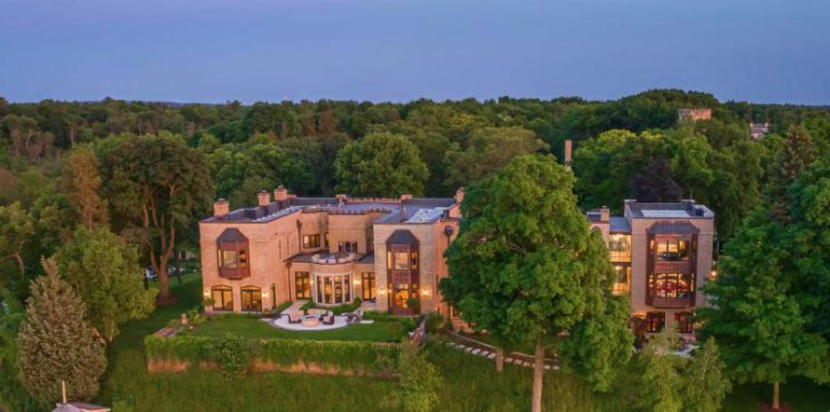 Minnewoc Mansion is One of Wisconsin's Most Expensive House - Luxury Real Estate - Luxury Neighborhoods ➤ Explore The Most Expensive Homes around the world on our website! #mostexpensive #mostexpensivehomes #themostexpensivehomes #luxuryrealestate #luxuryneighborhoods #realestate #celebrityhomes @expensivehomes