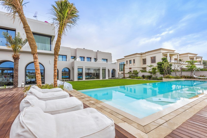 most luxury emirates hills villa The Most Luxury Emirates Hills Villas Offers the True Taste of Dubai The Most Luxury Emirates Hills Villas Offers the True Taste of Dubai Luxury Real Estate Luxury Neighborhoods Luxury Beach Houses Luxury Beach Homes 2