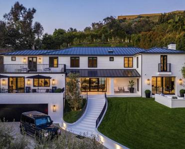 Rihanna buys Luxury Beverly Hills Mansion rihanna buys luxury beverly hills mansion Rihanna buys Luxury Beverly Hills Mansion Screen Shot 2021 03 18 at 11